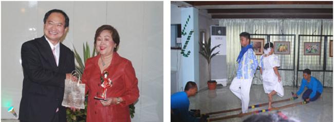 左:カリ市長に記念品の贈呈 右:ビサヤ州立大学民族舞踊団による伝統舞踊の披露