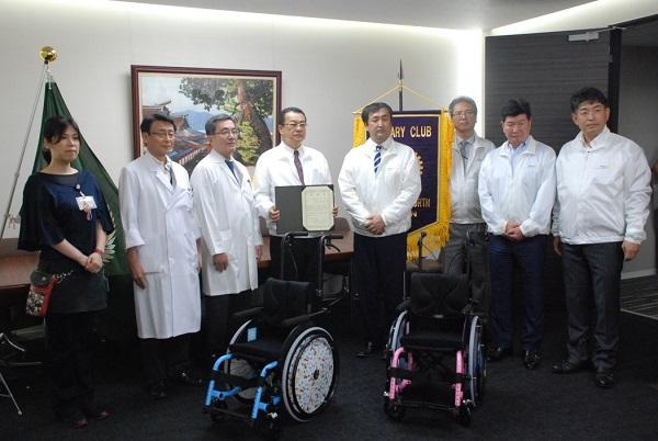 広島北RC東会長(左から4人目)平川病院長(左から3人目)