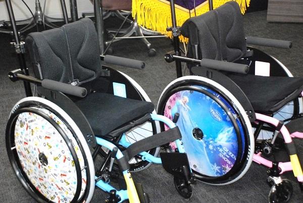 「アナと雪の女王」(右)「カーズ」が描かれた子ども用車椅子