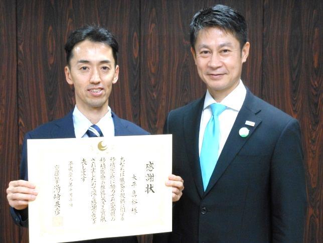 大平助教(左)と湯崎知事