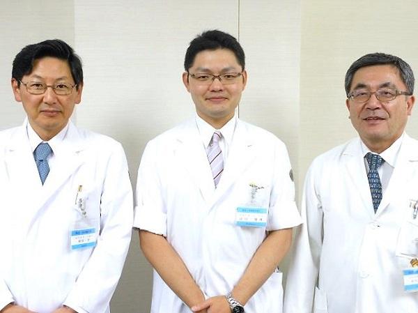 服部診療科長、山口助教、平川病院長(左から)