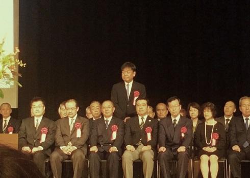 21人の個人、3団体が受賞 近間医師(中央)