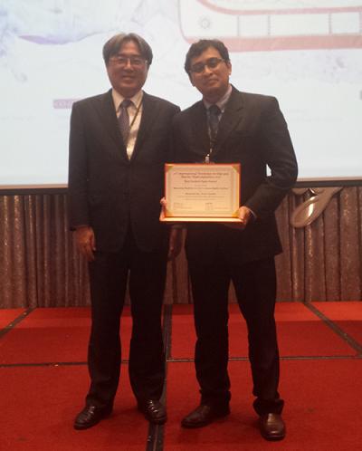 表彰写真(安川教授(左),ZAKYさん(右)