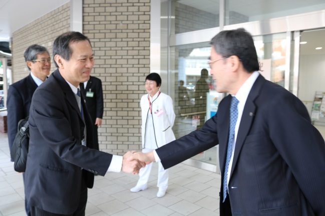 Director Katsuhiro Hirakawa welcoming Superintendent Wayne Huey-Herng Sheu (left)