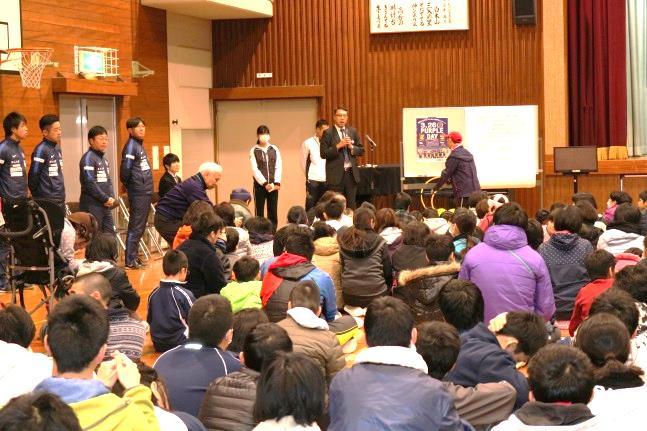 挨拶をする飯田センター長(中央)