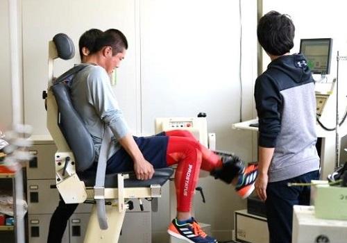 中村捕手の脚の筋力測定