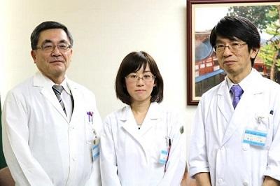 左から、平川病院長、藤野助教、茶山診療科長