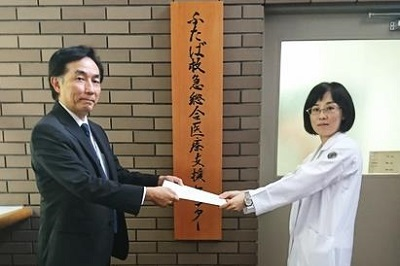 左から、谷川副理事長、藤野助教