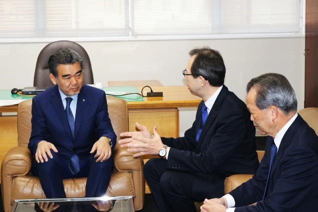 越智学長、内堀知事(左から)