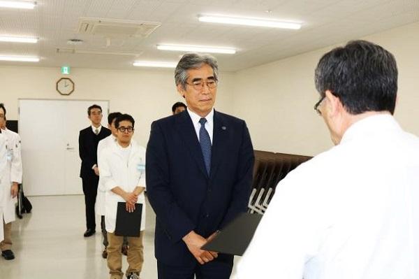 平川病院長から受賞された方々に表彰状の授与