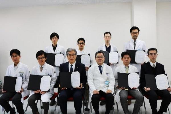 受賞者の皆さんと平川病院長