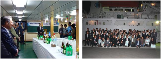 左:船上パーティーで挨拶する江坂研究科長 右:パーティー後、船をバックに記念撮影