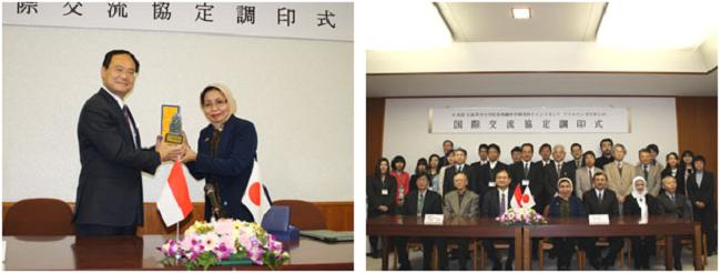 左:アイルランガ大学より記念品の贈呈 右:調印式参加者全員で記念撮影