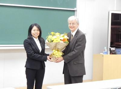 研究室学生から花束