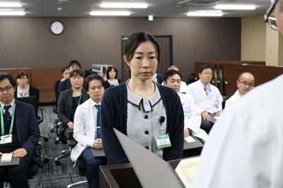 平川病院長から表彰状を授与される受賞者