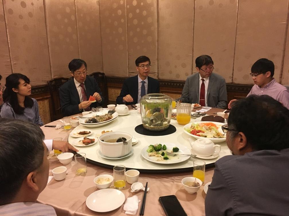 東華大学の皆様との昼食会での懇談