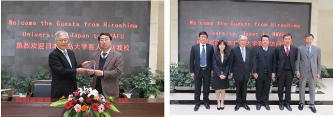 左:記念品の贈呈 右:調印式後、本研究科修了生とともに記念撮影