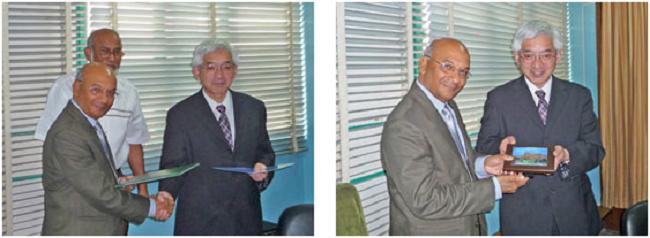 左:交流協定締結 (左:MAS Mandal学長) 右:学長へ記念品を贈呈